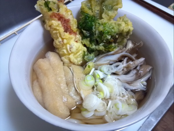 油揚げ、舞茸、惣菜の天ぷらをトッピング。この季節に体のあったまるおうどんは最高!